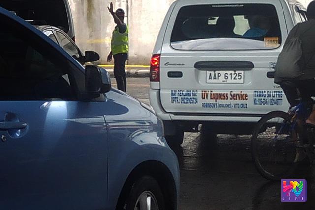 FILE PHOTO: Isang miyembro ng PNP-HPG na nagmamando ng daloy ng trapiko ilalim ng EDSA-Quezon Avenue Flyover. (UNTV News)