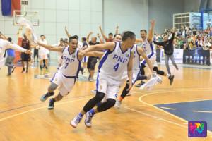 Ang pagsasaya ng PNP Responders sa pagkapanalo sa do-or-die game sa UNTV Cup Semifinals laban sa MMDA Black Wolves. (BRUCE DARILAY / Photoville International)