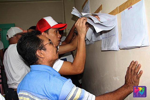 FILE PHOTO: Mga botante sa isang paaralan sa Cainta, Rizal noong 2013 election habang hinanahap ang kanilang pangalan sa mga presinto. (Rolito Ponte / UNTV News)