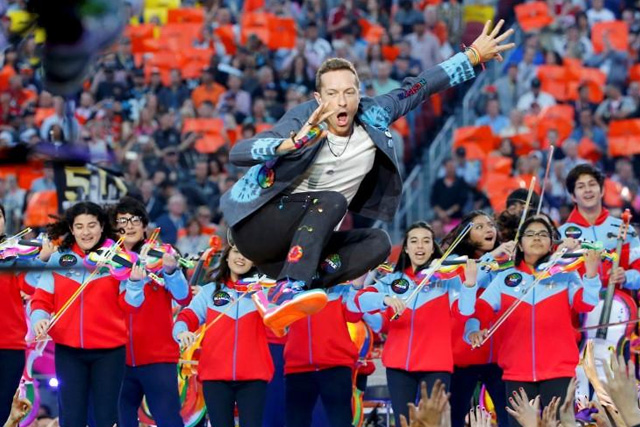 Chris Martin, lead singer of Coldplay, during the half-time show at the NFL's Super Bowl 50 between the Carolina Panthers and the Denver Broncos in Santa Clara, California February 7, 2016. REUTERS/Mike Blake (TPX IMAGES OF THE DAY)