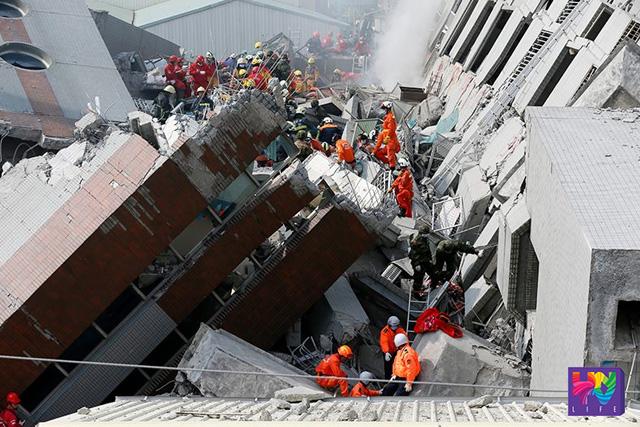 Ang pagsasagawa ng search and rescue operations para sa mga nakasama sa pagguho ng mga gusali sa Taiwan matapos ang lindol noong Sabado, Pebrero 06, 2016. (Photovillle International)