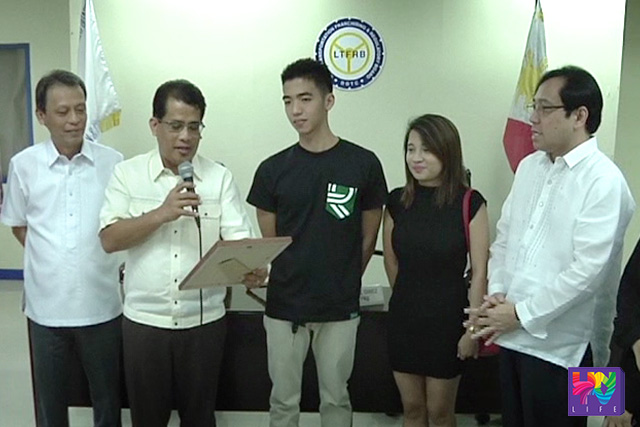 Grab taxi driver Carlo Santiago-Diaz together with his girlfriend Gelica Manuel Tulauan recognized by the LTFRB for their good deed that went viral in social media.