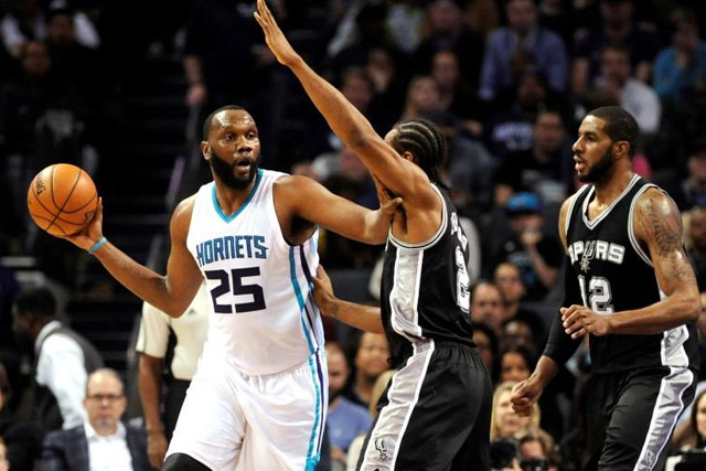 Charlotte Hornets center Al Jefferson (25) looks to pass the ball as he is defended by San Antonio Spurs forward Kawhi Leonard (2) during the second half of the game at Time Warner Cable Arena. Hornets win 91-88. (Sam Sharpe-USA TODAY Sports)
