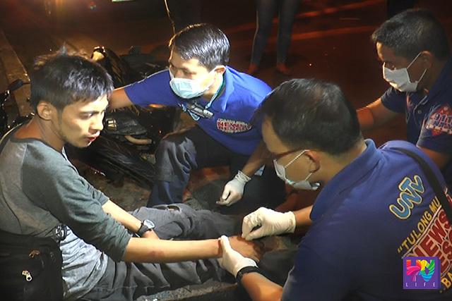 Nilapatan ng paunang-lunas ng UNTV News and Rescue ang motorcycle rider matapos ang isang aksidente. (UNTV News)