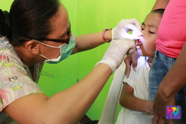 FILE PHOTO: Isang recipient ng libreng dental sa medical mission ng UNTV at ng Members Church of God International. (Joseph Caldino / Photoville International)