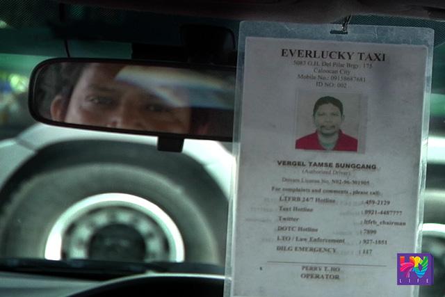 Nakasabit sa kanyang minamanehong sasakyan ang identification card (ID) ni Vergel Tamse Sungcang, isang taxi driver. (UNTV News)