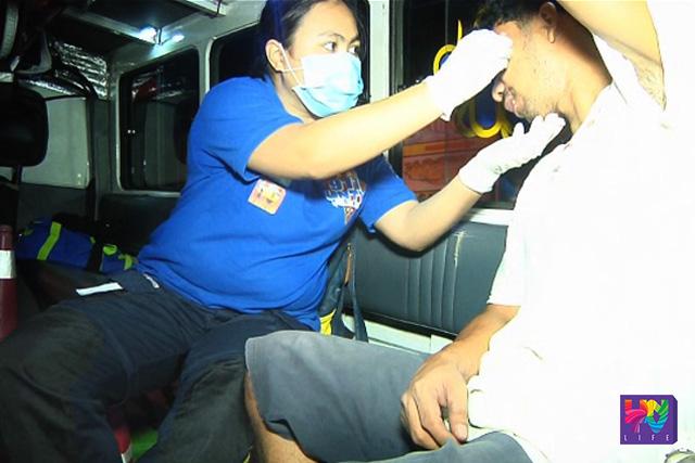 Nilapatan na paunang-lunas ng UNTV News and Rescue Team ang isa sa biktima ng banggaan ng tricycle at motorsiklo sa Grande, Davao City. (UNTV News)