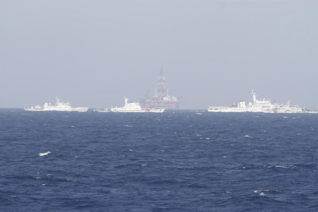 Chinese oil rig Haiyang Shi You 981 (C) is seen in the South China Sea, off the shore of Vietnam in this May 14, 2014 file photo. REUTERS/MINH NGUYEN/FILES