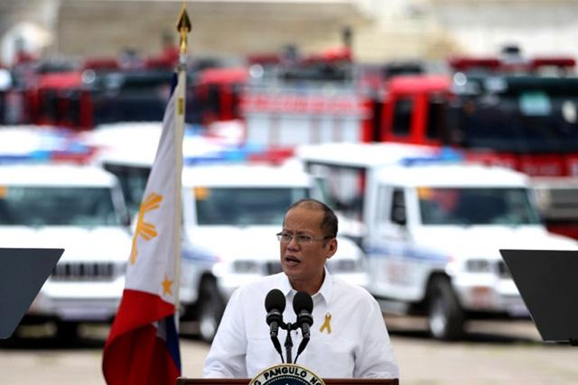 Si Pangulong Benigno Aquino III sa pangunguna sa turnover ceremony  sa mga bagon firetruck at patrol jeep sa BFP at PNP  nitong umaga ng Lunes, Abril 04, 2016. (Benhur Arcayan / Malacañang Photo Bureau )