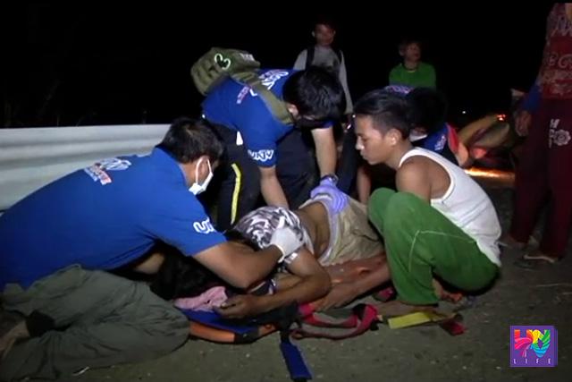 Ang pagtulong ng UNTV News and Rescue Team Bulacan sa isa sa mga sugatan sa banggaan ng delivery van at rice thresher.