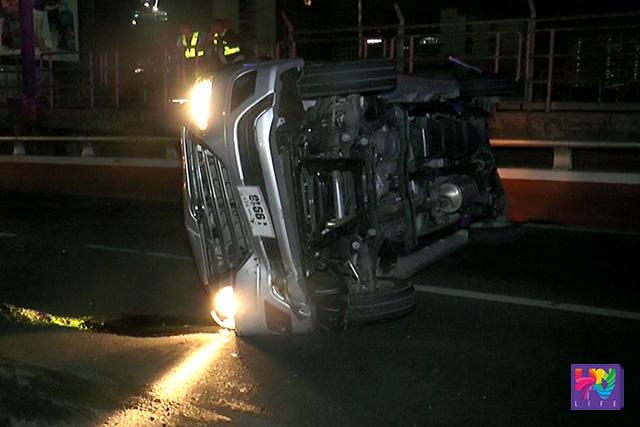 Ang Uber car na tumagilid matapos mabangga ng isang close van sa EDSA-Quezon Avenue flyover.