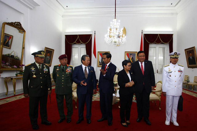Thursday, May 05, 2016 (L-R) Indonesian military chief General Gatot Nurmantyo, Malaysian Armed Forces General Tan Sri Zulkifeli Mohd , Malaysia's Foreign Minister Dato Sri Anifah Aman, Indonesia's President Joko Widodo, Indonesia's Foreign Minister Retno Marsudi, Philippine's Foreign Minister Jose Rene Almendras, and Philippine's Navy Chief Admiral Caesar C. Taccad chat before a meeting at The Gedung Agung in Yogyakarta, Indonesia, May 5, 2016. ANTARA FOTO/Andreas Fitri Atmoko/via REUTERS ATTENTION EDITORS - THIS IMAGE WAS PROVIDED BY A THIRD PARTY. FOR EDITORIAL USE ONLY. MANDATORY CREDIT. INDONESIA OUT.