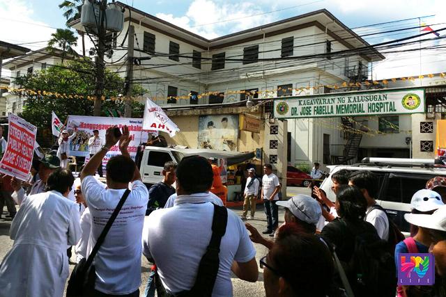 Nagsagawa ng kilos-protesta ang mga health worker sa tapat ng Dr. Fabella Memorial Hospital sa Maynila. (UNTV News)