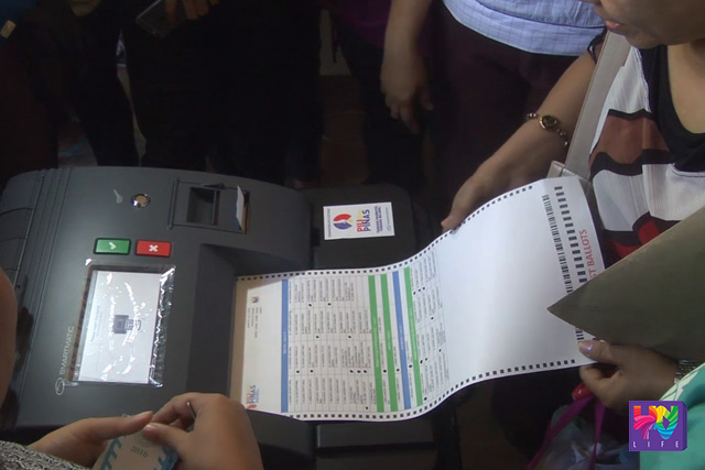 Tine-test ng Board of Election Inspectors ang function ng vote counting machine (VCM) sa isinagawang final testing and sealing sa Cebu City. (UNTV News)