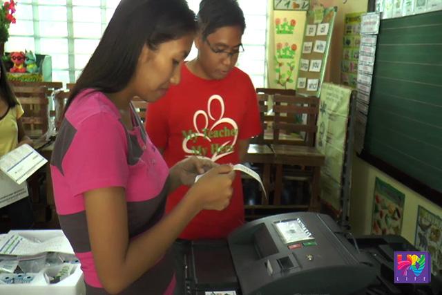 Ini-inspeksyon ng isang board of election inspector ang voter's receipt sa isinagawang cote coounting machine testing sa Laguna. (UNTV News)