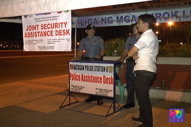 Two policemen are stationed on one of the joint security assistance desks. (UNTV News)