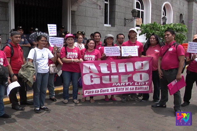 Partylist group Ating Guro staged a protest outside the Commission on Elections asking to nullify the granting of a second seat to the partylist group Coop-NATCCO. (UNTV News)