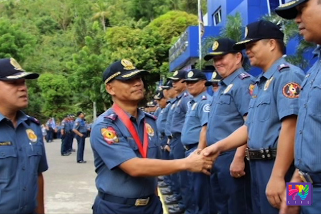 National Police Chief  Ricardo Marquez shakes hand with a police personnel as he bids farewell to them. (UNTV NEWS)