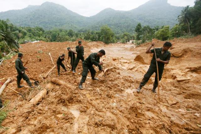 Members of Sri Lankan military rescue team work at the site of a landslide at Elangipitiya village in Aranayaka, Sri Lanka May 19, 2016. REUTERS/DINUKA LIYANAWATTE