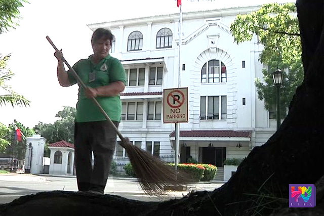 Alejandra Guillamon sweeps the Malacañang grounds in this file photo. (UNTV News)