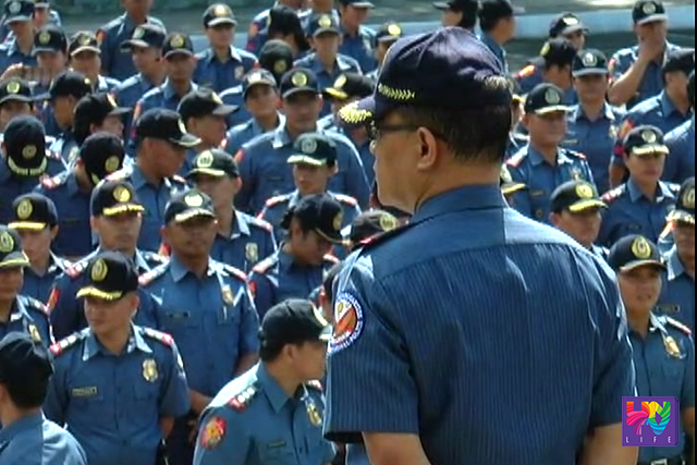 A PNP officer stands before his subordinates. (UNTV News)