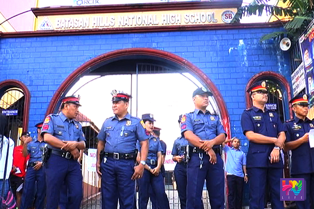 PNP personnel stand guard in front of Batasan Hills National High School  in Quezon City. (UNTV NEWS)