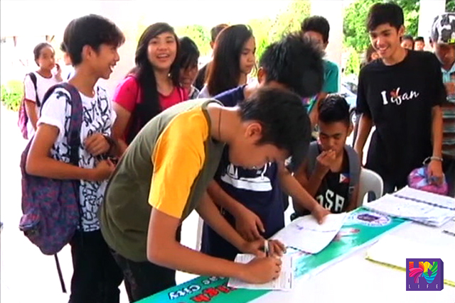 Incoming senior high school or Grade 11 students process their enrollment for opening of class on June 13. (UNTV NEWS)