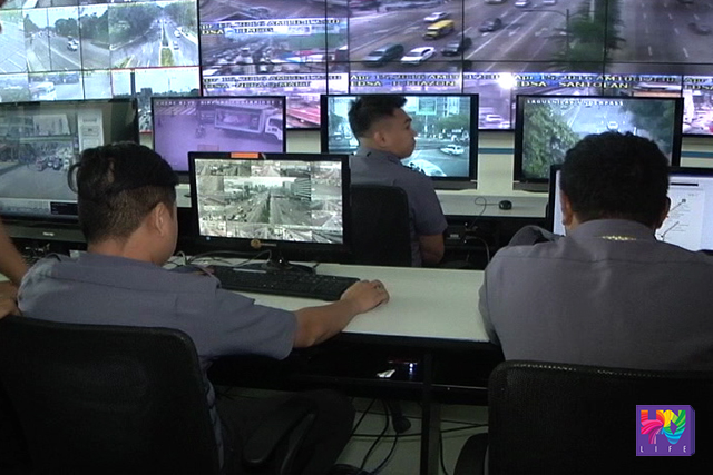MMDA personnel monitor Metro Manila's national highway and streets via CCTV. (UNTV NEWS)
