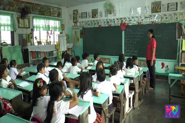 Grade school students listen as their teacher speak. (UNTV NEWS)