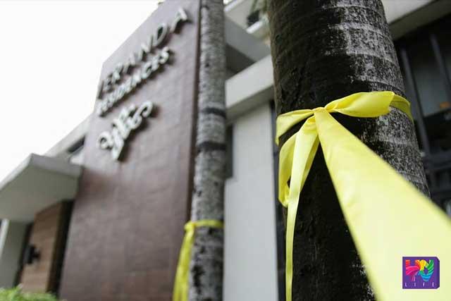 HOME COMING. Naka-tali ang isang Yellow Ribbon na simbolo ng Aquino administration sa isang puno bilang paghahanda sa pagsalubong kay outgoing president Benigno Aquino Jr. sa kanyang tahanan sa Times Street, West Triangle, Quezon City.