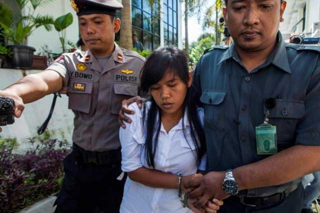 File photo: Officers take the death row inmate of a drug case, Mary Jane Fiesta Veloso (C) of the Philippines, to her first judicial review trial in the District Court of Sleman, Yogyakarta, March 3, 2015. REUTERS/IGNATIUS ESWE