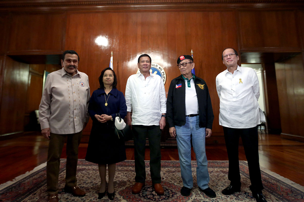 THEN AND NOW. President Rodrigo R. Duterte poses with (from left to right) former president and Manila Mayor Joseph E. Estrada, former President and Pampanga Representative Gloria Macapagal-Arroyo, former President and Special Envoy to China Fidel V. Ramos and former President Benigno S. Aquino III before the start of the National Security Council Meeting at the State Dining Room of the Malacañan Palace on Wednesday, July 27, 2016. ACE MORANDANTE/PPD