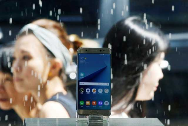 A Samsung Electronics' Galaxy Note 7 new smartphone is displayed at its store in Seoul, South Korea, September 2, 2016. REUTERS/Kim Hong-Ji/File Photo