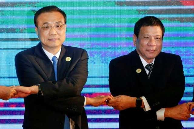 Chinese Premier Li Keqiang and Philippines President Rodrigo Duterte pose for photo during the ASEAN Plus Three Summit in Vientiane, Laos September 7, 2016. REUTERS/Soe Zeya Tun/File Photo
