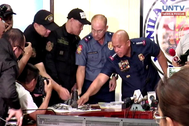 """PNP Chief PDGen. Ronald """"Bato"""" Dela Rosa points the recovered improvised explosive device IED on the press conference."""