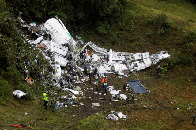 Rescue works look at the wreckage from a plane that crashed into Colombian jungle with Brazilian soccer team Chapecoense on board near Medellin, Colombia, November 29, 2016. REUTERS/Fredy Builes