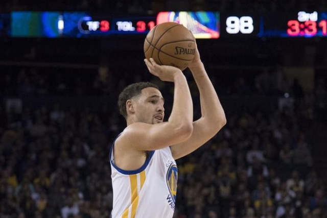 November 23, 2016; Oakland, CA, USA; Golden State Warriors guard Klay Thompson (11) shoots the basketball against the Los Angeles Lakers during the third quarter at Oracle Arena. Kyle Terada-USA TODAY Sports