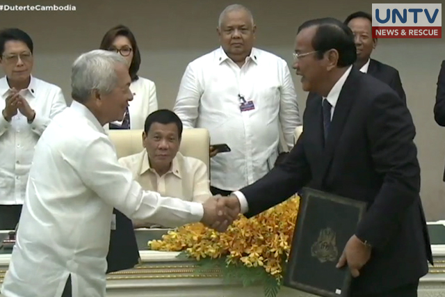Philippine foreign minister Perfecto Yasay shakes hand with Cambodian Prime Minister Hun Sen during the signing of bilateral agreements at  Peace Palace in Phnom Penh, Cambodia, Wednesday, Dec. 14, 2016.