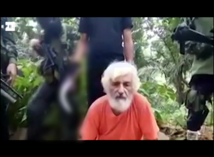 Philippine soldiers recover remains of beheaded German hostage