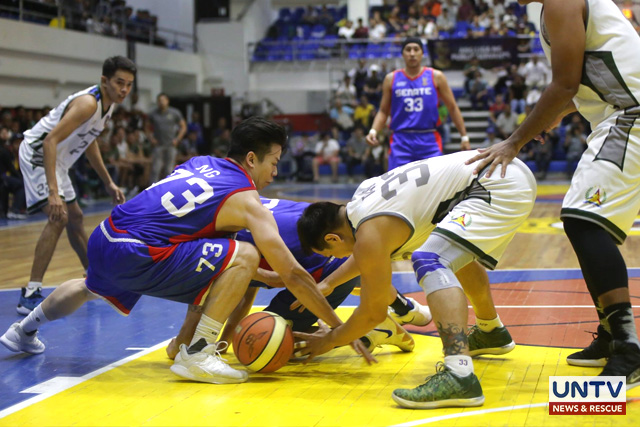 A loose battle during the Game 1 of the Best of 3 Finals between the AFP Cavaliers and Senate Defenders. (Rey Vercide / Photoville International)