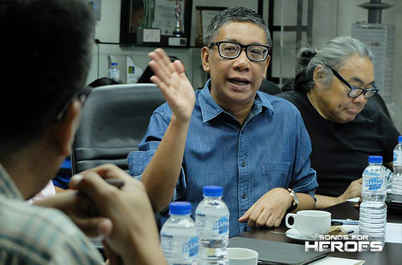 """Award-winning writer-director Floy Quintos explains his concept for the upcoming Songs for Heroes 2 entitled, """"Ang Mamatay Nang Dahil Sa Iyo (To Die For You)."""""""
