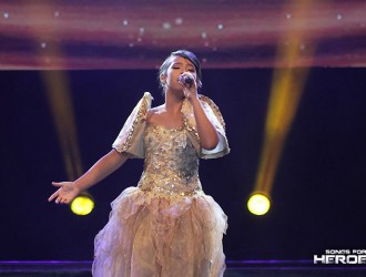 "Asia's Got Talent finalist Gywneth Dorado wakes the patriotism of the crowd with her rendition of ""Panatang Makabayan."""