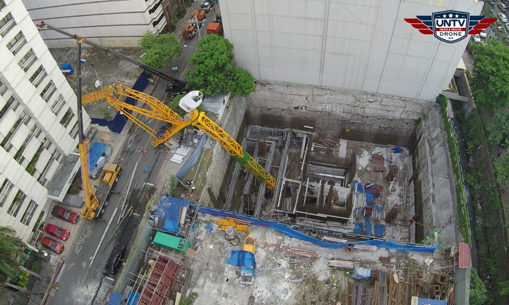 A collapsed construction crane on the street of HV dela Costa in Makati City. Photo taken last May 26, 2016.